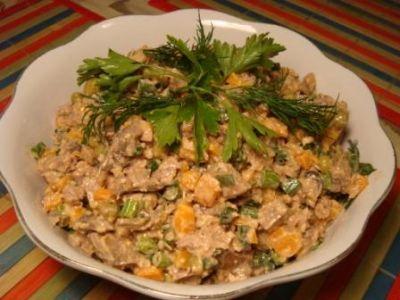 Этот салат для тех, кто очень любит рыбку в томатном соусе.  1 баночка рыбки в томате.