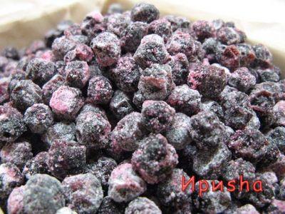 На 1 кг ягод: 700 мл воды 1,5 кг сахара Ягоды рябины отделяют от веточек, осторожно удаляют черешки и моют.