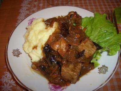 Мясо с черносливом в винно-соевом соусе