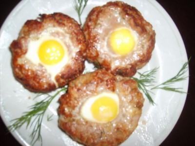 котлеты с яйцом сверху на сковороде рецепт с фото