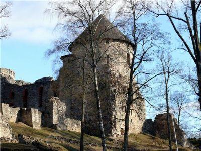 Во время Ливонской войны Цессиский замок был частично разрушен при осаде войсками Ивана Грозного; с начала XVIII в.