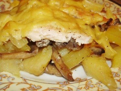 Картофель запеченный с курицей и грибами