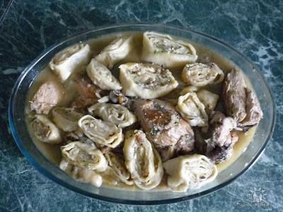 Тушить мясо с грибами и сметаной
