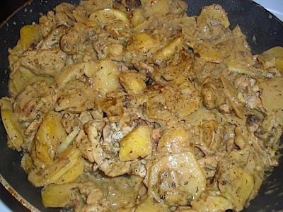 Курица с картошкой в сметане на сковороде