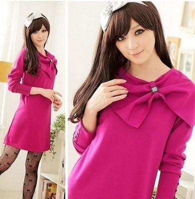 Платье темно-розовое.