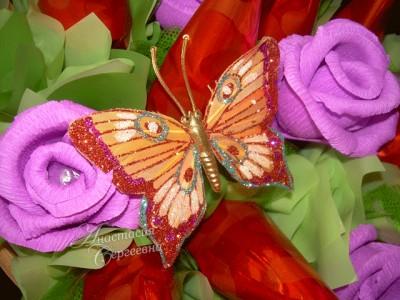 Бабочка из конфет и гофрированной бумаги