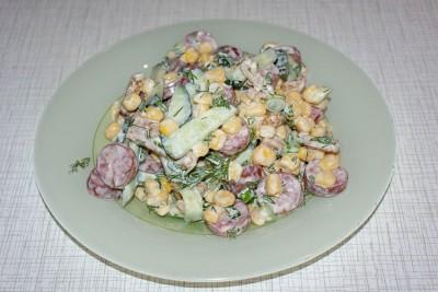 Салат из охотничьих колбасок и сухариков