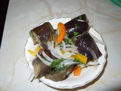 Салат из маринованных баклажанов