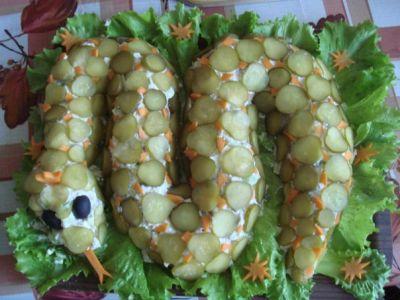 Приготовить салат из рыбы и морепродуктов.  Лук репчатый.