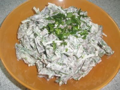 Салат с сердцем и маринованным луком