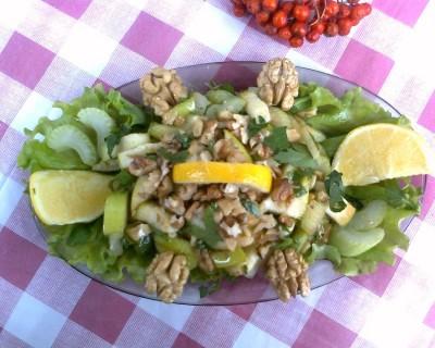 Салат из сельдерея и яблок и орехов