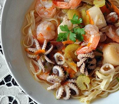 Блюдо с креветками кальмарами и мидиями