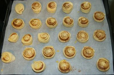 Плюшки из дрожжевого теста сладкие с фото с сливочным маслом