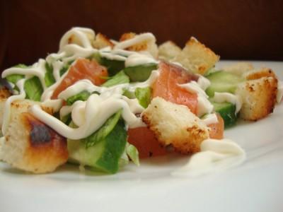 Салат с сёмгой и сухариками