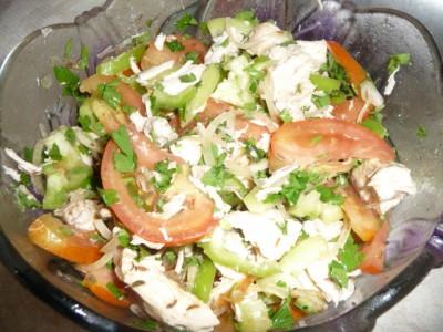 Салат с маринованным луком и курицей