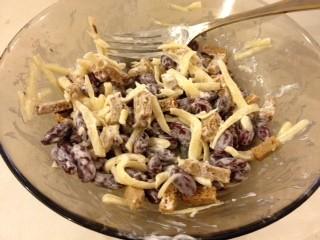 Салат из фасоли с сухариками и сыром