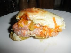 Форель под сливочно-чесночным соусом на картофельной подушке