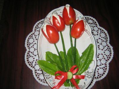 Помидоры надрезать крест на крест,но не до конца...  Хочу предложить вам очаровательную закуску Тюльпаны...