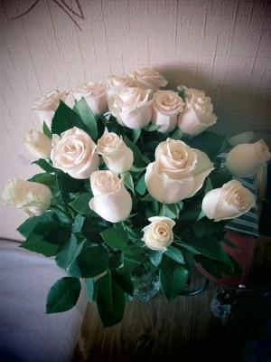 Букет цветов под дверью фото