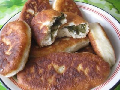 Пирожки с щавелем из дрожжевого теста с фото