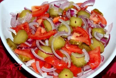 Салат из соленых огурцов помидор