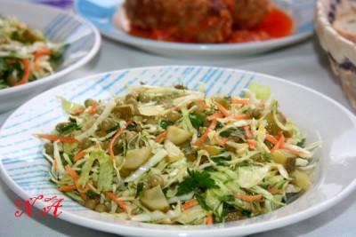 Салат из свежей капусты с солёным огурцом