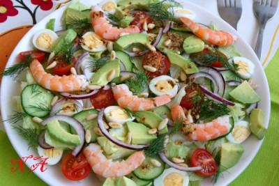 Салат с креветками черри и кедровыми орешками