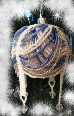 А это простенький, пластассовый шарик оплела бисером и стал он главным украшение елки.