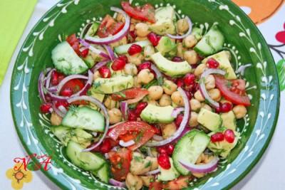 Салат с горохом нут,гранатом и авокадо
