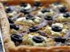 Луковый тарт с сыром, анчоусами и оливками