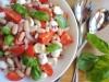 Салат с моцареллой, помидорами и фасолью
