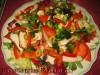 Салат с курицей и овощами на листьях зеленого салата