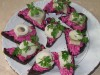 Закусочные бутерброды со свекольным салатом и селедкой